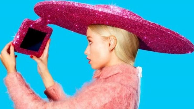 Selfie Hat - cappello ideato dallo stilista Christian Cowan-Sanluis, disegnatore di molti dei vestiti di Lady Gaga, con supporto tablet